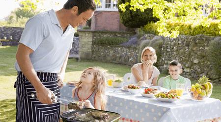 Genieten van de tuin met het gezin