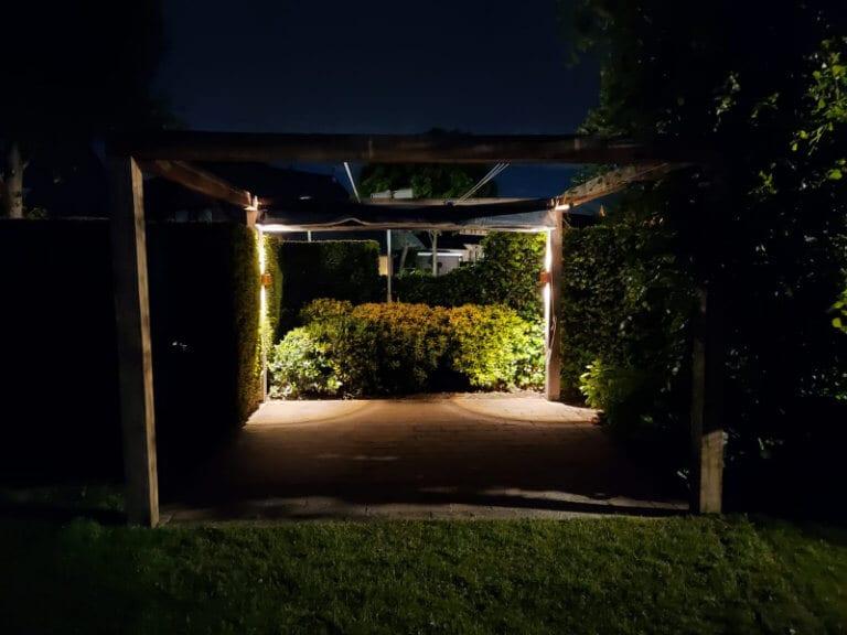 Van Duren Groenservice - robuuste eikenhouten pergola in de avond
